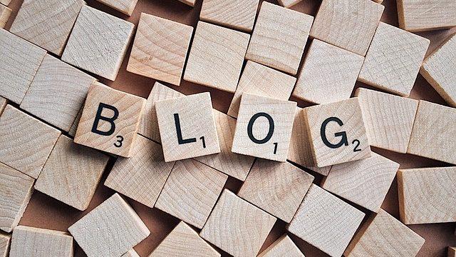 サラリーマンが副業としてブログに興味を持っていることを表すイメージ図