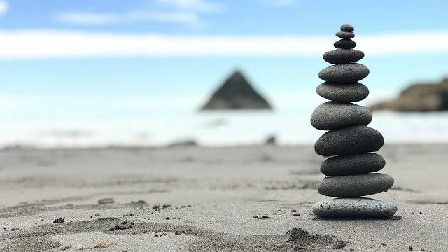 ステーブルコインを暗喩する安定して積み重ねられた石